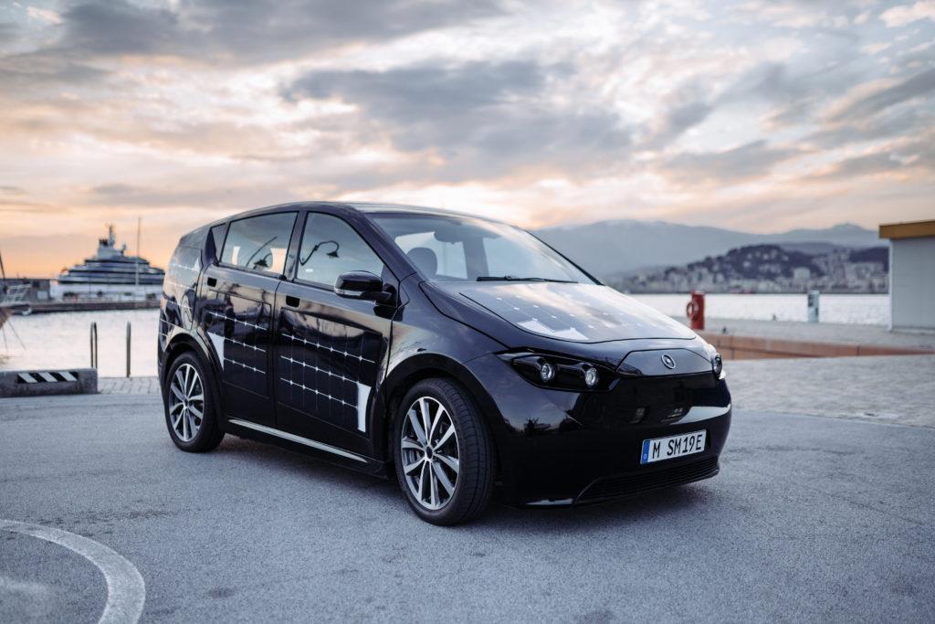 L'auto solare Sion con batteria elettrica è la prima macchina a energia solare ad un prezzo accessibile